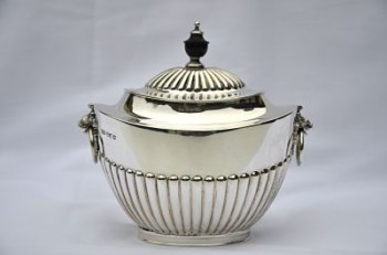 An Edwardian hallmark silver tea caddy
